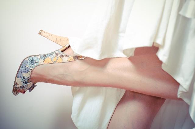 女性の脚元