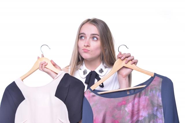 服を選ぶ英国女性