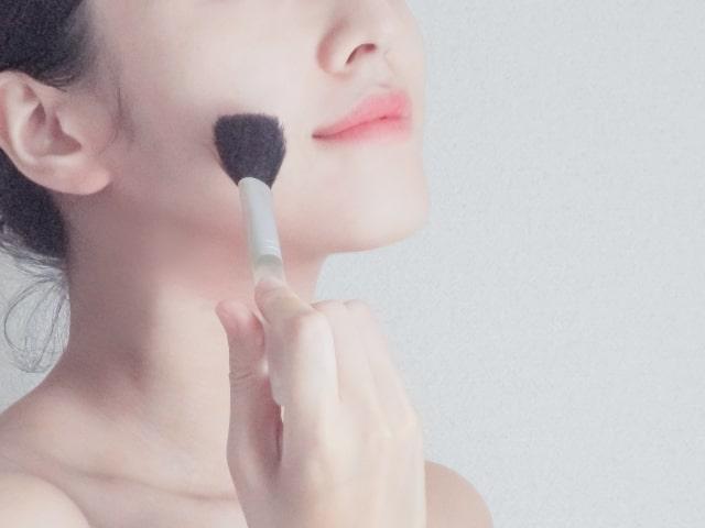 チークを塗る女性
