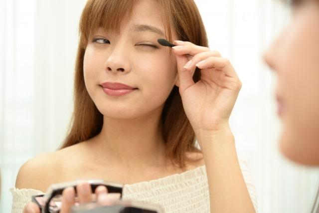 眉毛を描く女性のイメージ